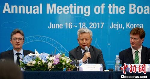 2017年6月17日下午,亚投行方面在韩国济州举行新闻发布会。亚投行行长金立群(图中)介绍亚投行第二届理事会年会主要成果并回答记者提问。 <a target=