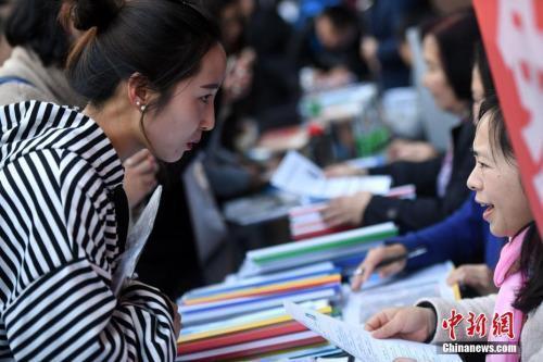 资料图:招聘会现场在洽谈的双方。<a target='_blank' href='http://www.chinanews.com/'>中新社</a>记者 李进红 摄