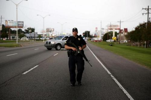 资料图:一名手持枪支的美国警察(图片来源:路透社)