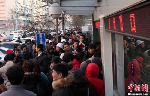 资料图:2019-05-25,北京朝阳区房屋登记发证大厅外排队领号准备办理过户手续的市民排成长龙。<a target='_blank' href='http://www-chinanews-com.tin-lion.com/'>中新社</a>发 韩海丹 摄