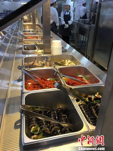 奥运村食堂美食琳琅满目。记者卢岩 摄
