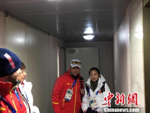 中国代表团下榻的公寓楼内,花滑队总教练赵宏博和中国短道速滑队主教练、中国滑冰协会主席李琰合影。记者卢岩 摄