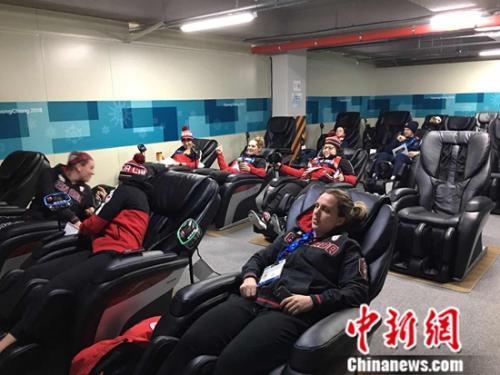 运动员享受按摩椅带来的惬意时光。记者卢岩 摄