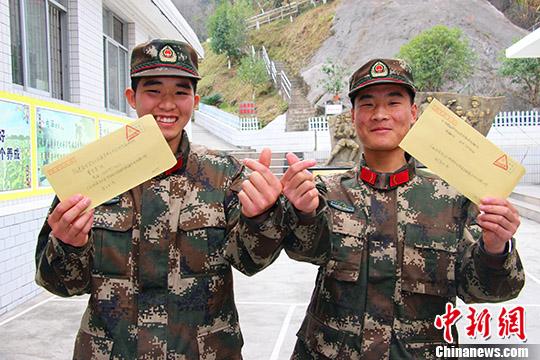 图为武警官兵展示准备寄出的信件。&#10;<a target='_blank' href='http://www.chinanews.com/'>中新社</a>记者 施晨州 摄