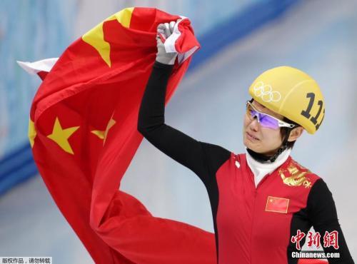 资料图:索契冬奥会短道速滑女子500米决赛中,李坚柔夺得中国体育代表团在本届奥运会上的第一枚金牌。