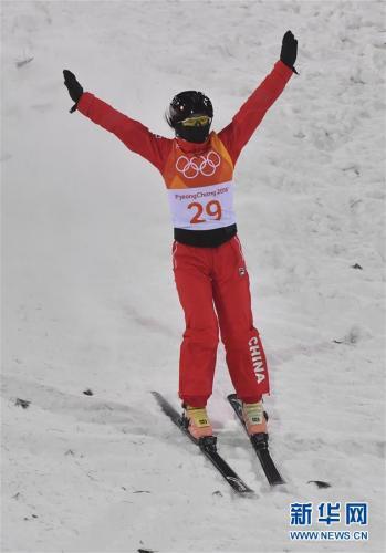 2月15日,中国选手张鑫在资格赛中。 当日,2018年平昌冬奥会自由式滑雪女子空中技巧资格赛在凤凰雪上公园举行。 新华社记者吕小炜摄