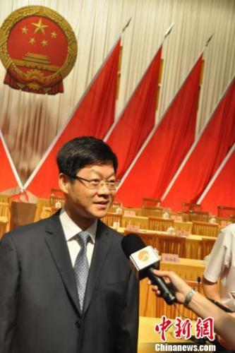 康涛当选泉州市长后接受媒体记者采访。 孙虹 摄