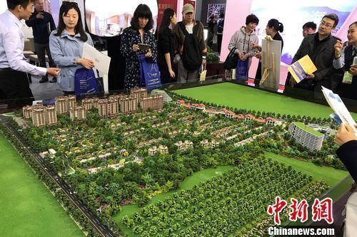 民众在2017年北京春季房展会上的某楼盘展台咨询。中新网 程春雨 摄