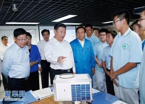 2016年9月9日,习近平在北京市八一学校实验室察看师生们研制的科普小卫星。