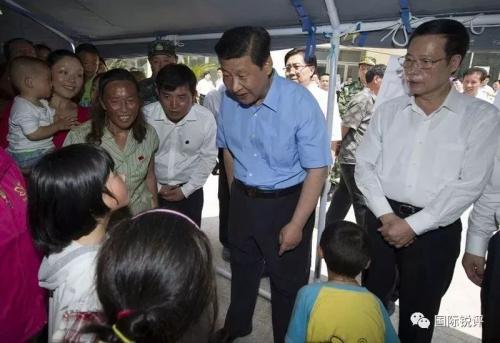 2013年5月21日至23日,习近平到四川芦山地震灾区考察,看望慰问受灾群众。