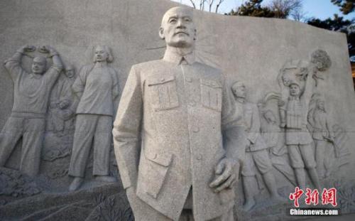 资料图:北京西山国家森林公园里的无名英雄纪念广场上的浮雕。广场为纪念上世纪五十年代为国家统一、人民解放事业牺牲于台湾的大批隐蔽战线无名英雄而建。<a target='_blank' href='http://www.chinanews.com/'>中新社</a>发 张浩 摄