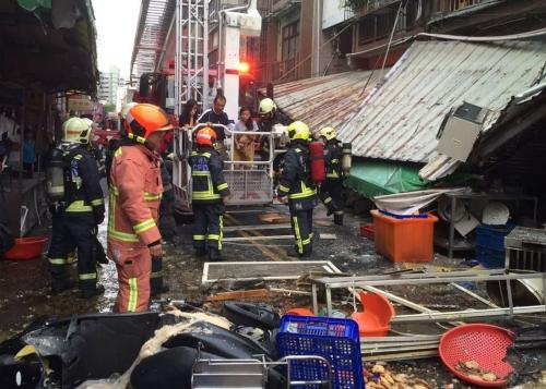 消防员到场灭火,并协助疏散居民。图片来源:台湾《联合报》 台中市消防局提供