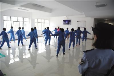 6月13日,云南省女子强制戒毒所,新进来的戒毒人员正在跳操。