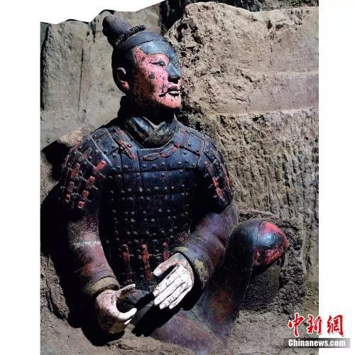 此展品为秦代的陶器,出土于秦兵马俑二号坑。俑的塑造比起一般的陶俑要更加精细,对表情神态和发髻、甲片、履底等的刻画生动传神,并且文物原本的彩绘保存状况极好,真实表现了秦军作战的情景。资料图