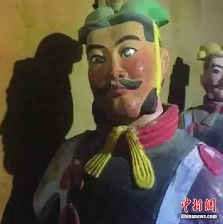 陕西某景区山寨兵马俑,各个浓眉大眼,如同化了妆。资料图