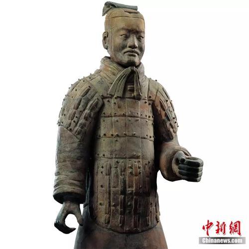 秦兵马俑一号坑出土的中级军吏俑头戴双版长冠,手中握剑,有的立于高级军吏俑身旁似为副手,有的立于士兵队列中似为领队。资料图