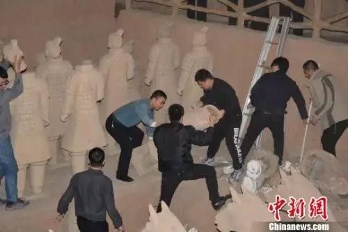 陕西当地部门清理山寨兵马俑。资料图