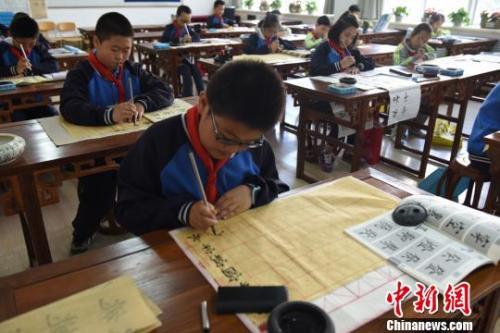 资料图:学生们在练习书法。王涛 摄