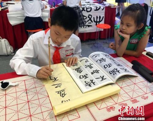 资料图:北京中小学生书法爱好者。杜燕 摄