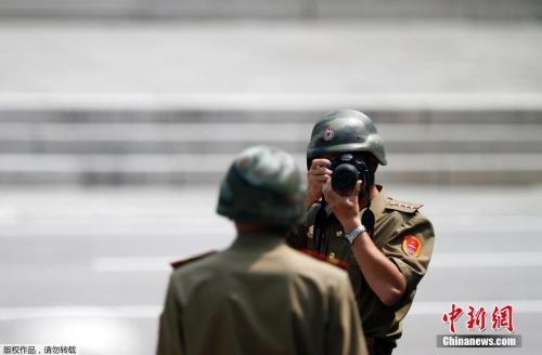 图11 当地时间2014年7月27日,在板门店守卫的朝鲜士兵留影,纪念朝鲜战争停战61周年。
