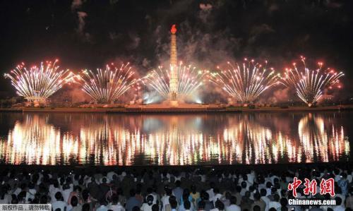 图9 当地时间2014年7月27日,朝鲜平壤,朝鲜民众聚集在金日成广场观看烟花,庆祝朝鲜战争停战61周年。