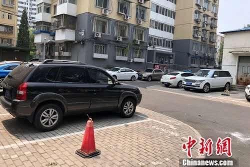 北京某小区内停在停车位或小区路边的车。<a target='_blank' href='http://www.chinanews.com/' >中新网</a>记者 程春雨 摄
