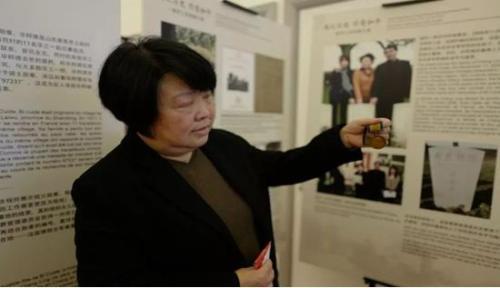 程玲展示祖父毕粹德的勋章。(图片来源:《欧洲时报》记者陈述 摄)