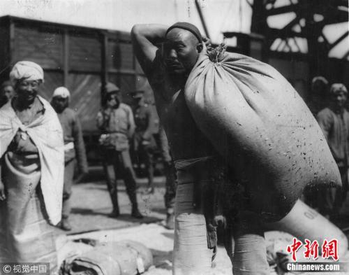 1917年,法国布洛涅的中国工人。图片来源:视觉中国