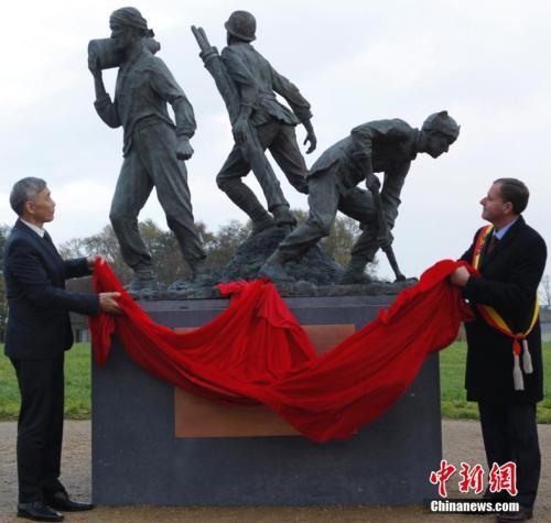 2017年11月15日,一战华工青铜纪念雕像在比利时西部与法国接壤的波普林格市正式落成。