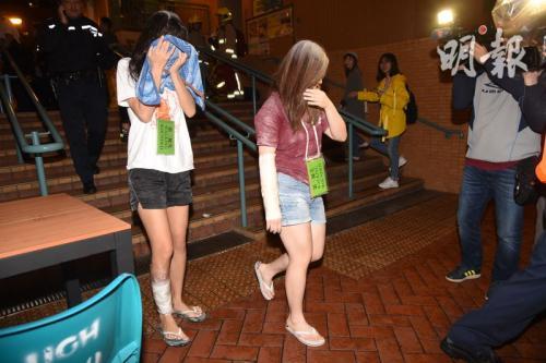 部分伤者送医时身上仍沾有面粉。图片来源:香港《明报》蔡方山/摄