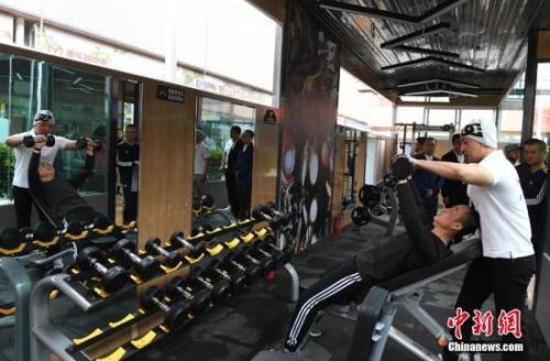 资料图:私教指导健身。中新社记者 杨艳敏 摄