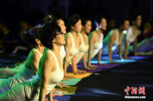 资料图:健身房内的瑜伽爱好者。中新社记者 王刚 摄