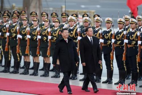 资料图:2017年11月17日,中国国家主席习近平在北京人民大会堂东门外广场举行欢迎仪式,欢迎巴拿马共和国总统巴雷拉访华。 中新社记者 盛佳鹏 摄
