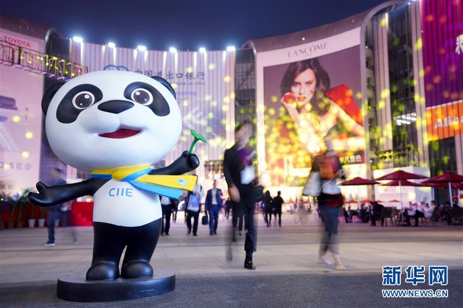 人们在上海举行的首届中国国际进口博览会上参观(11月5日摄)。 新华社记者 孟鼎博 摄
