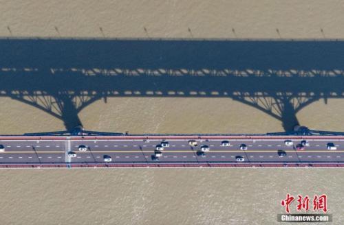 恢复通车后的南京长江大桥 中新社记者 泱波 摄
