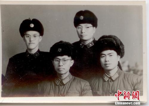 钱七虎在哈军工就读期间与同学合影。