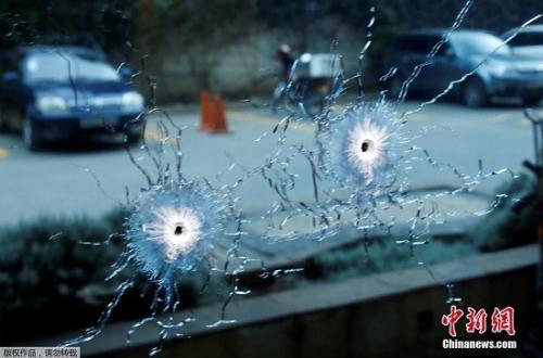 当地时间1月15日下午,肯尼亚首都内罗毕一酒店传出爆炸声并发生枪战。据外媒报道,从距离酒店大约5公里的法新社办公室可以听到爆炸声。被派至现场的记者称,安保人员和枪手正在交火。