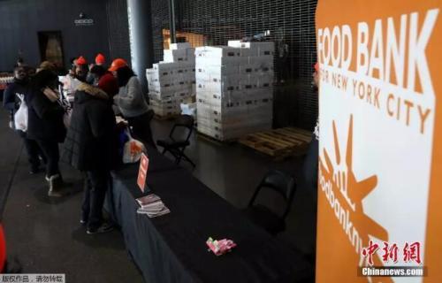 资料图:1月22日,纽约食品银行正在为因政府关闭、而受到影响的联邦工作人员,分发食品。