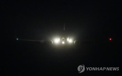 当地时间2月8日晚,在韩国京畿道乌山,推测为美国对朝代表比根乘坐的军机抵达乌山美军基地。(图片来源:韩联社)