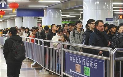 昨日,由于北京西站出站客流集中,地铁进站排队时间长,即使是非客流高峰也要半小时才能进站。本版摄影/新京报记者 王贵彬