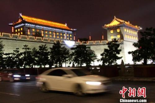资料图:图为西安明城墙夜景。 张一辰 摄