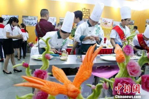 图为学生在进行果蔬雕刻。朱柳融 摄