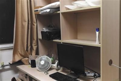 刘春杨宿舍的桌子。新京报记者 顾开贵 摄
