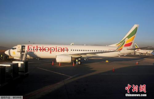 资料图为埃塞俄比亚航空公司一架波音飞机停靠在埃塞俄比亚首都亚的斯亚贝巴博莱机场(Addis Ababa Bole International Airport)。