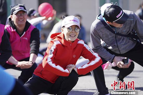 """3月23日,第四届声望听力""""耳朵跑""""公益活动在北京奥林匹克森林公园鸣枪开跑。""""耳朵跑""""是北京听跑团自发组织的公益活动。跑友头戴各式生动有趣的耳朵头饰完成跑步、筹集善款。本届活动吸引了数百位爱心跑友和服务志愿者参加。本届耳朵跑活动募集善款五万元,全部用于资助听力言语康复中心需要听力康复的儿童。 中新社记者 杜洋 摄"""