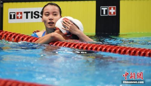雅加达亚运会女子100米仰泳决赛,傅园慧受肩伤影响,最终无缘奖牌。(资料图)中新社记者 李霈韵 摄