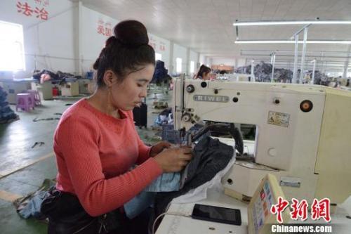 资料图:工人在纺织企业内作业。勉征 摄
