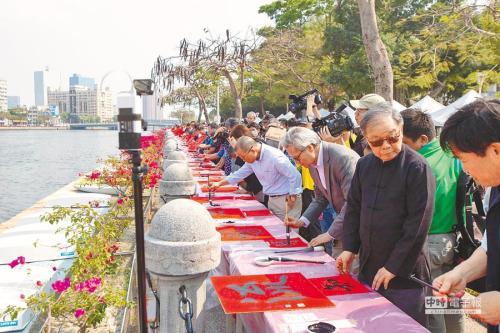 高雄爱河书写《兰亭序》活动,聚集了近4000位书法爱好者在爱河畔一同挥毫。(图:台湾《中国时报》/何创时书法艺术基金会 提供)