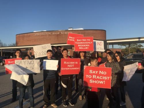 当地时间6日,60多位华裔及外族裔民众前往杭廷顿高中反对《摩登蜜莉》演出。(图片来源:美国《世界日报》记者 牟兰 摄)