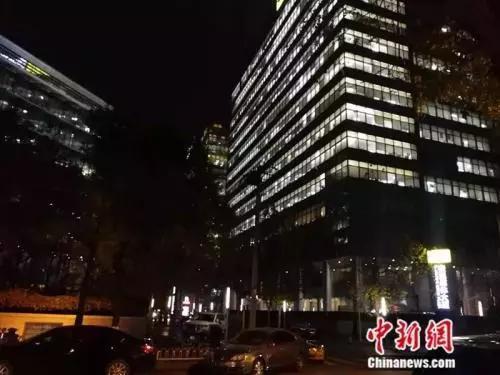资料图:灯火通明的写字楼。 中新网记者 张尼 摄